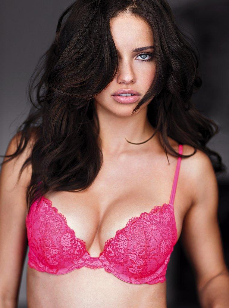 меня девушка в красном лифчике увеличитель груди