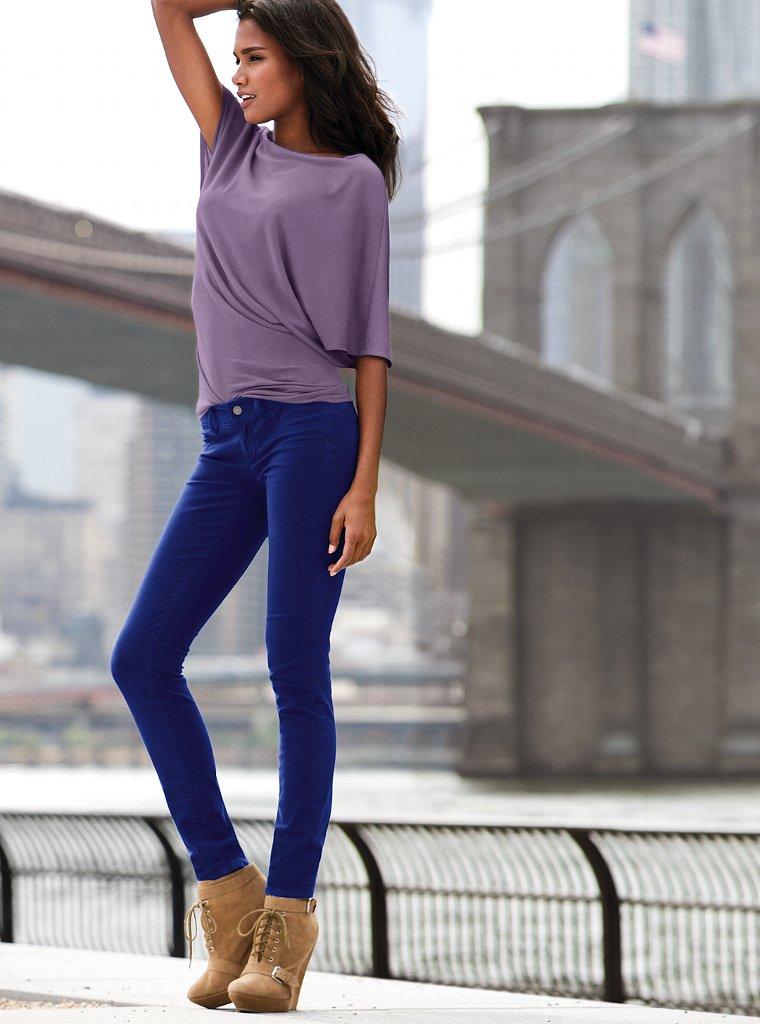 девушки в чёрных обтягивающих джинсах фото