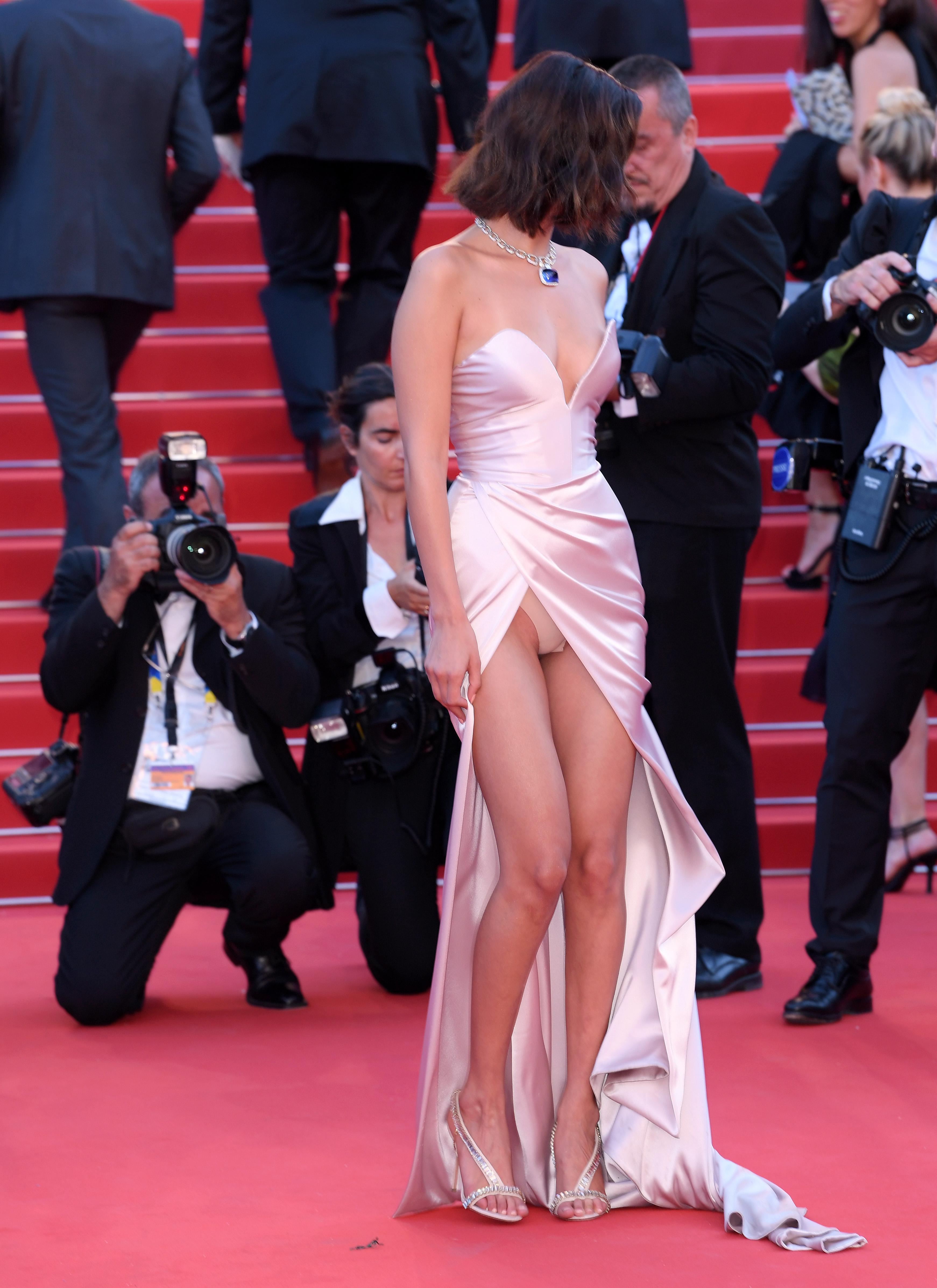 Фото девушек в платьях без нижнего белья
