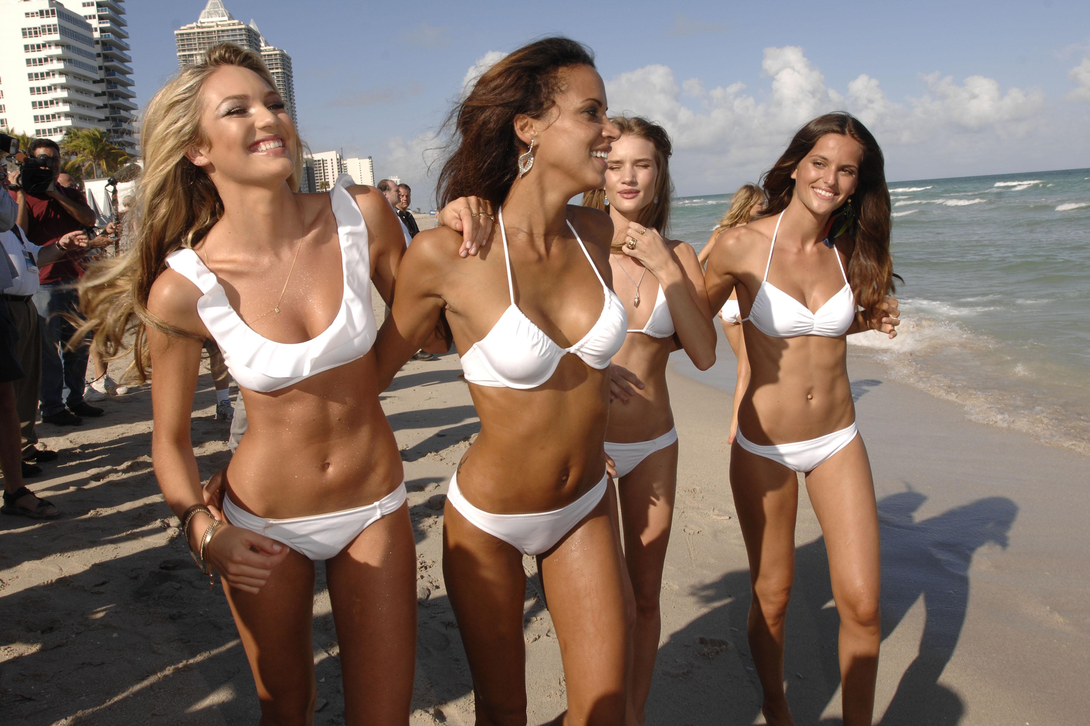 Фото девушек в белых купальниках 14 фотография