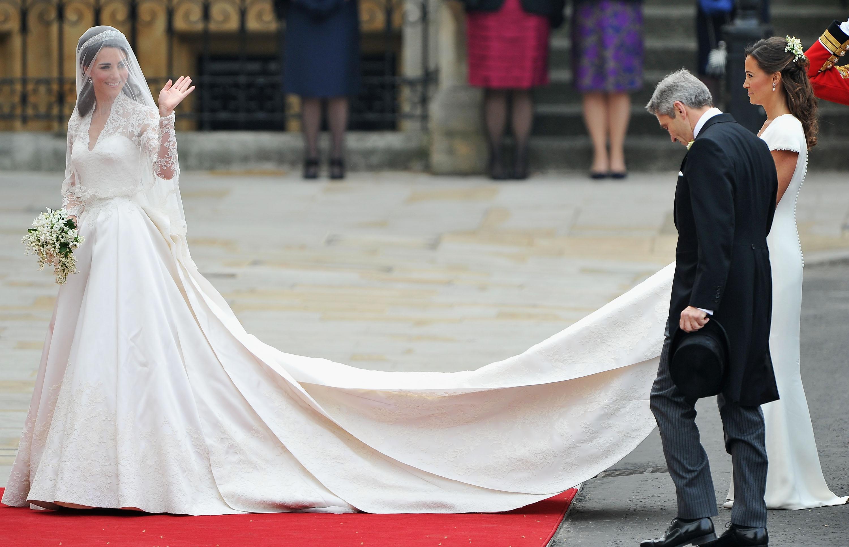 У невест снизу под платьем в сортире на 1 фотография
