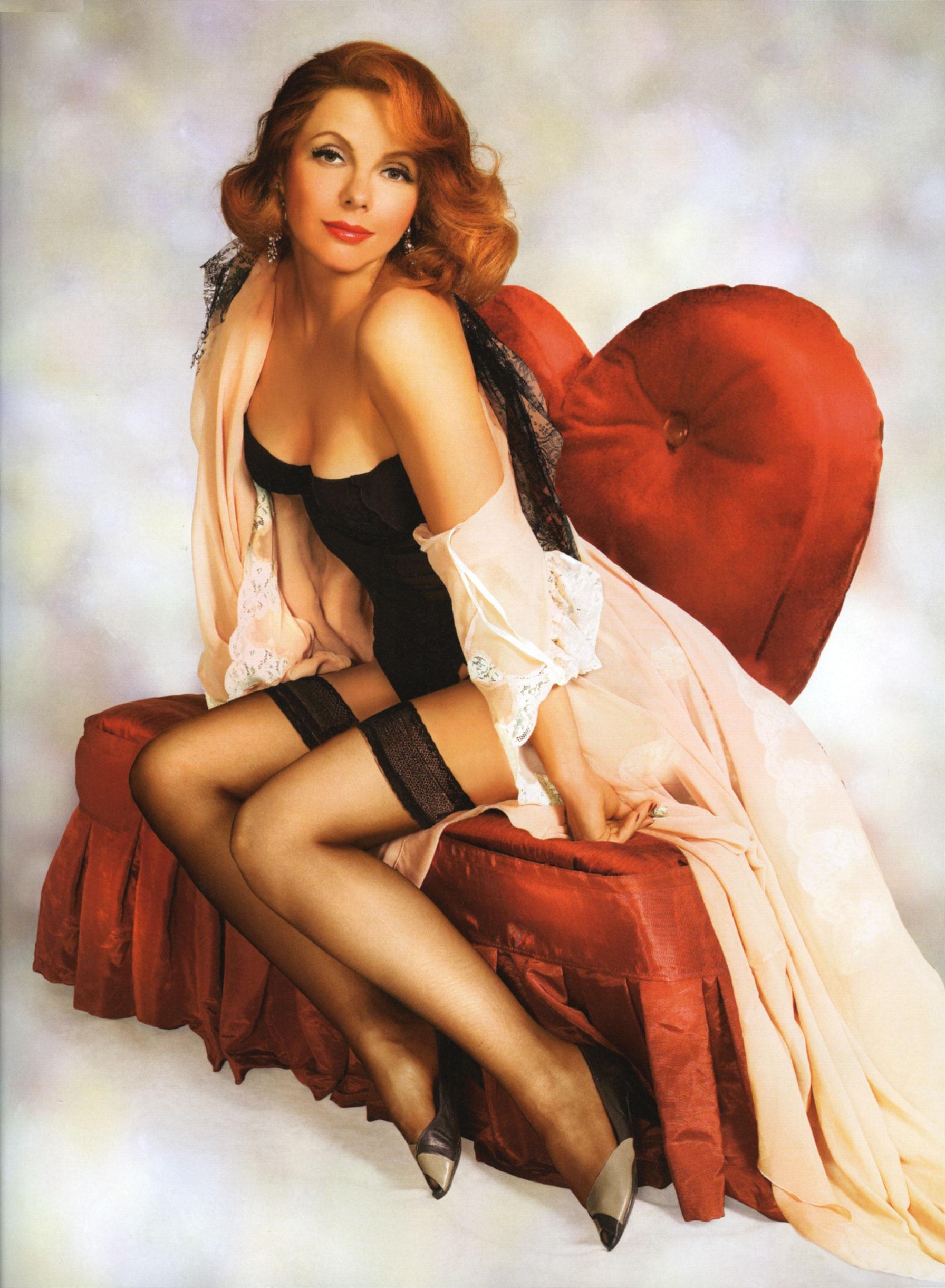 Сидя в красивом красном кресле, знаменитая девчонка Фекла Толстая
