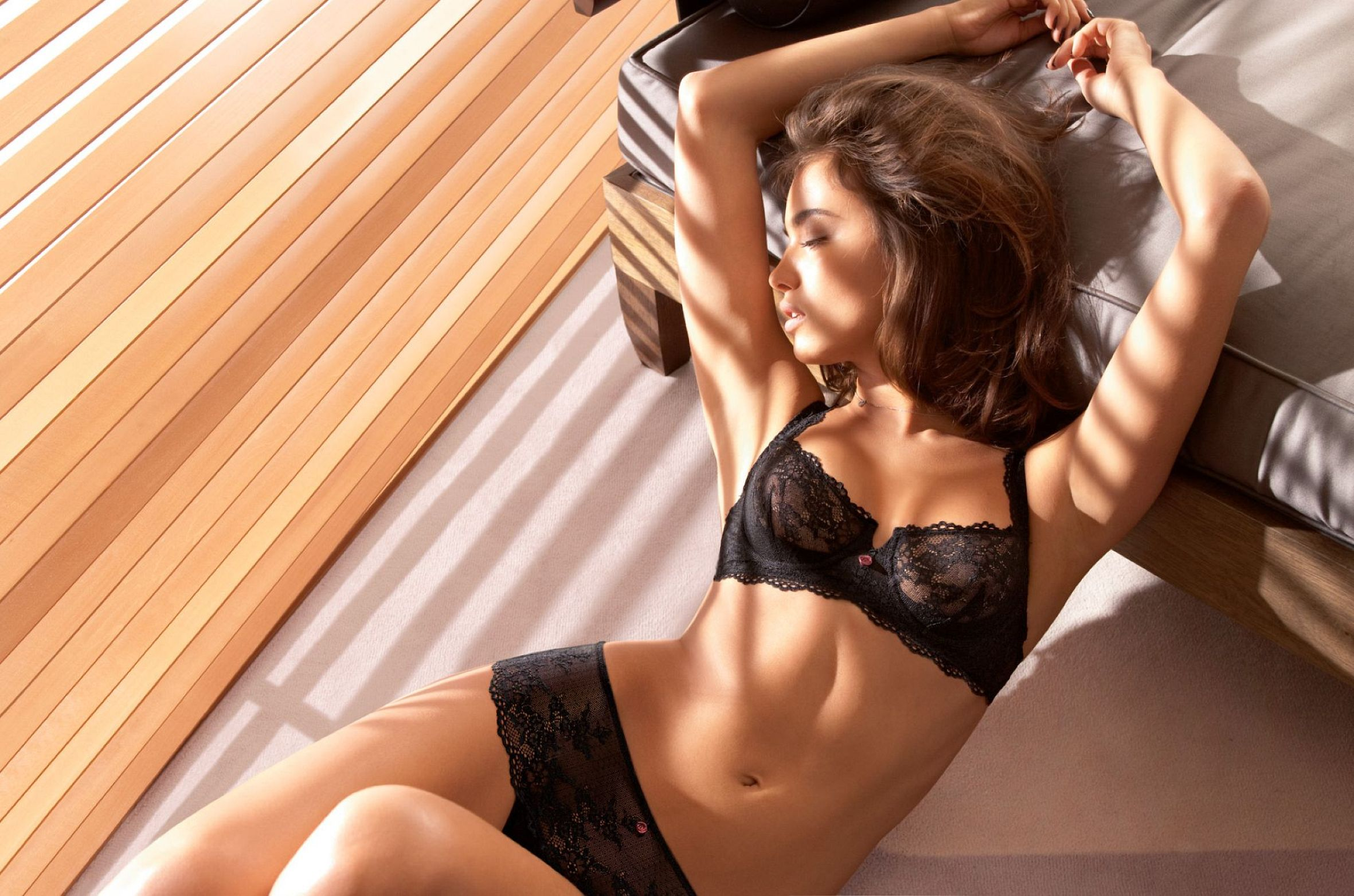 Сексуальная девочка на кровати 18 фотография