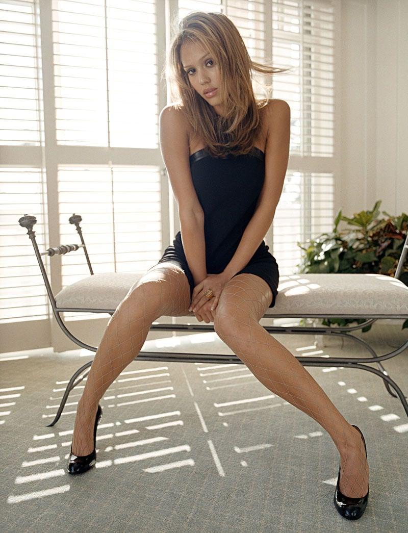 Фото красивых сдвинутых ног девочек в коротких юбочках 3 фотография