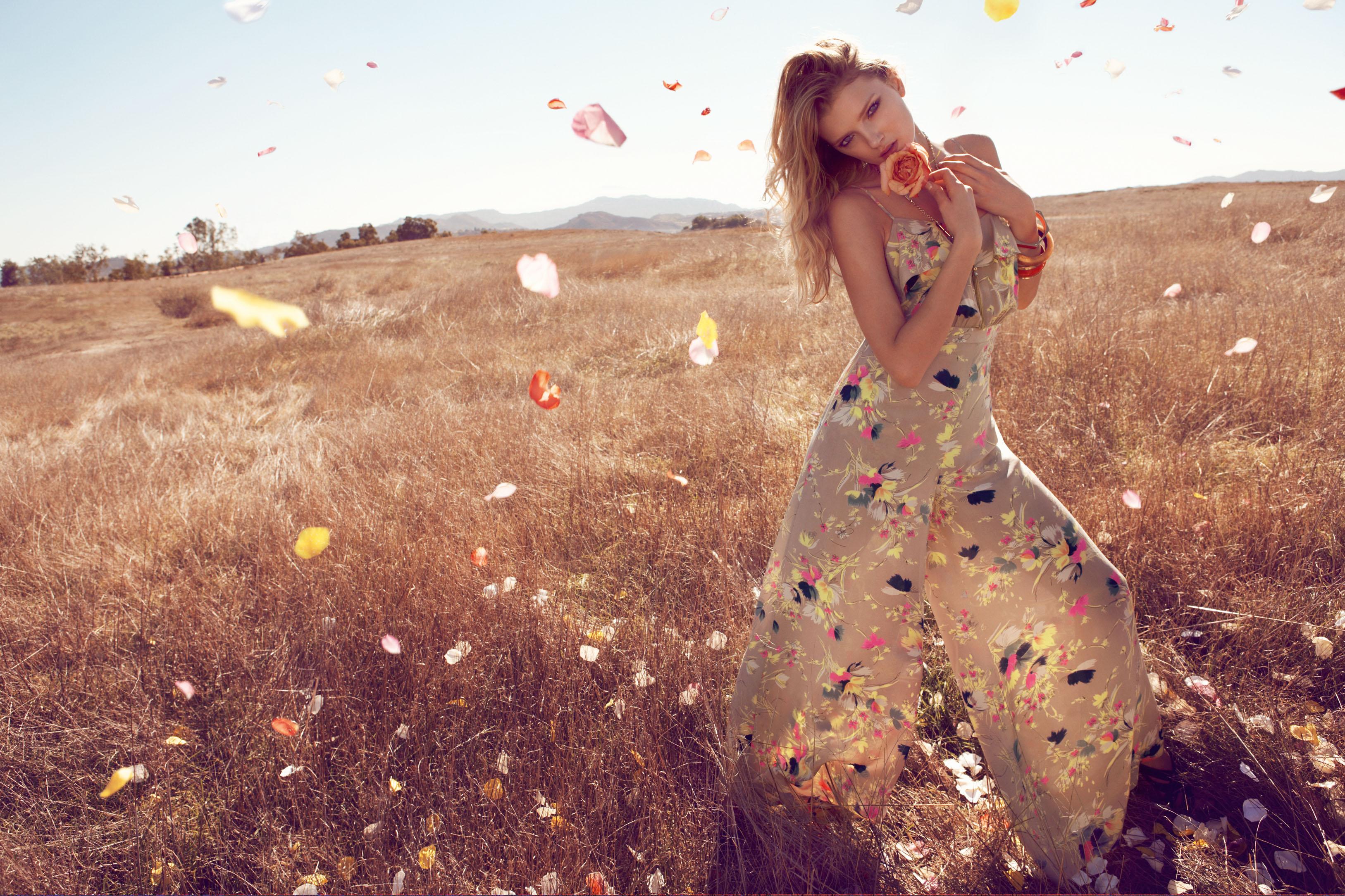 Фото девушки в платье на природе 7 фотография
