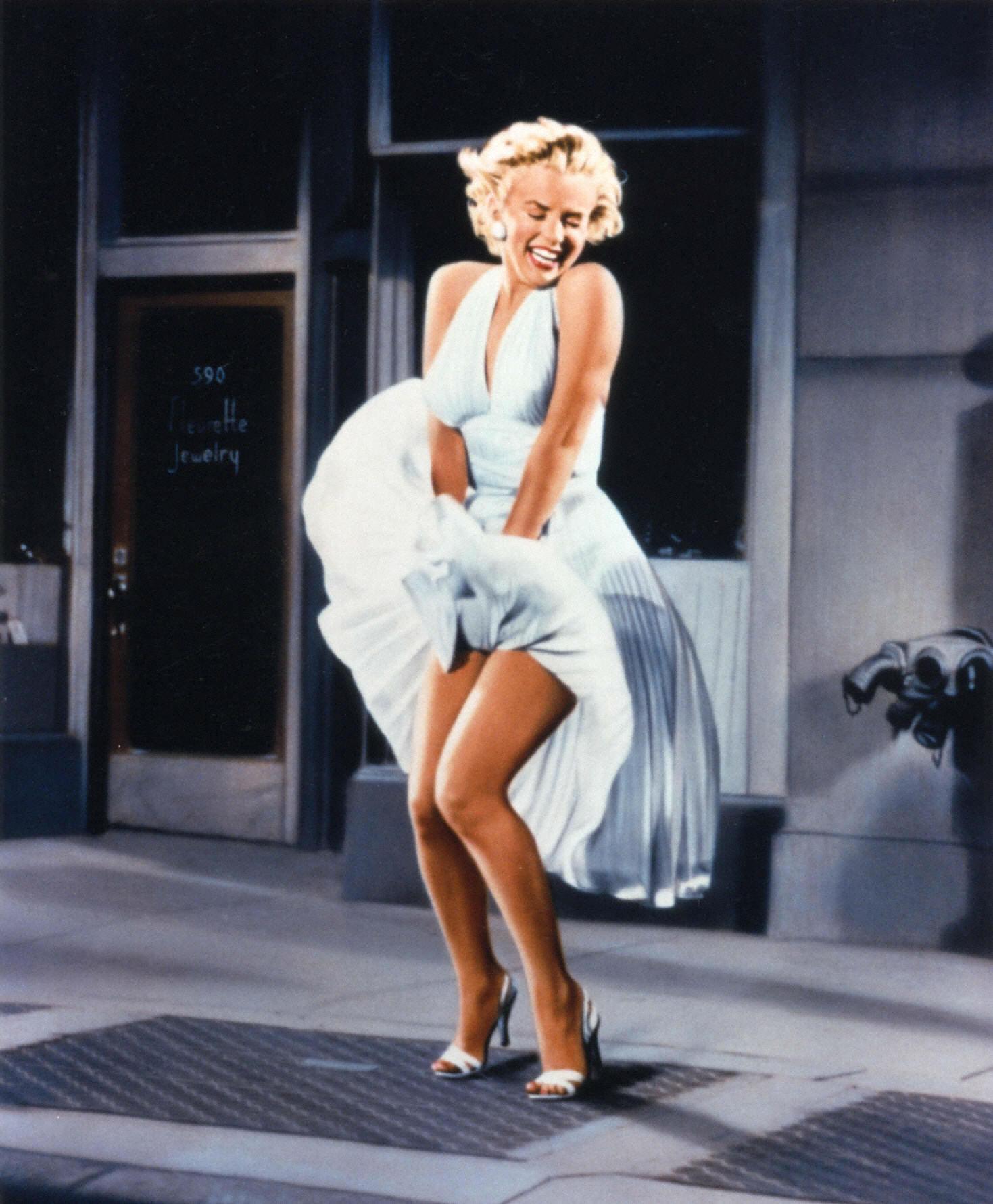 У девушек ветром платье поднимается 15 фотография