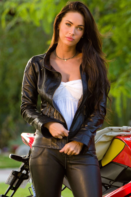 Tattooed Italian beauty Nikita Bellucci stripping off leather pants  511964