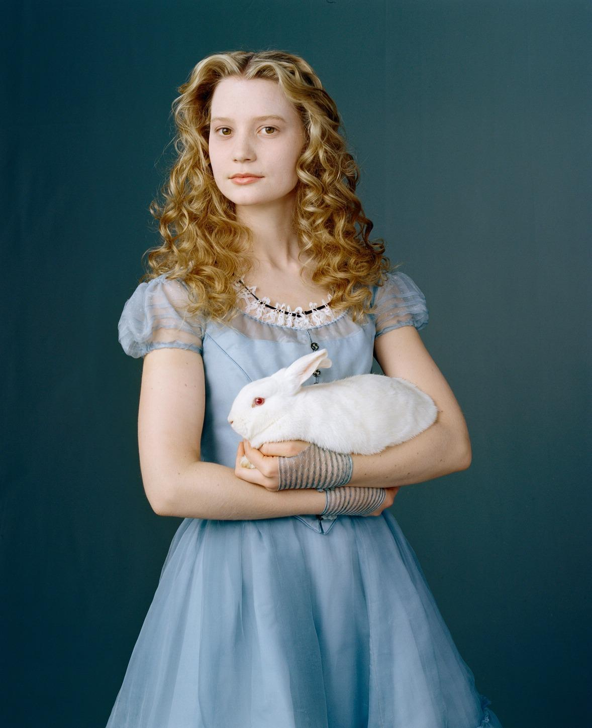 http://www.theplace2.ru/archive/mia_wasikowska/img/New_Alice_in_Wonderl-1.jpg