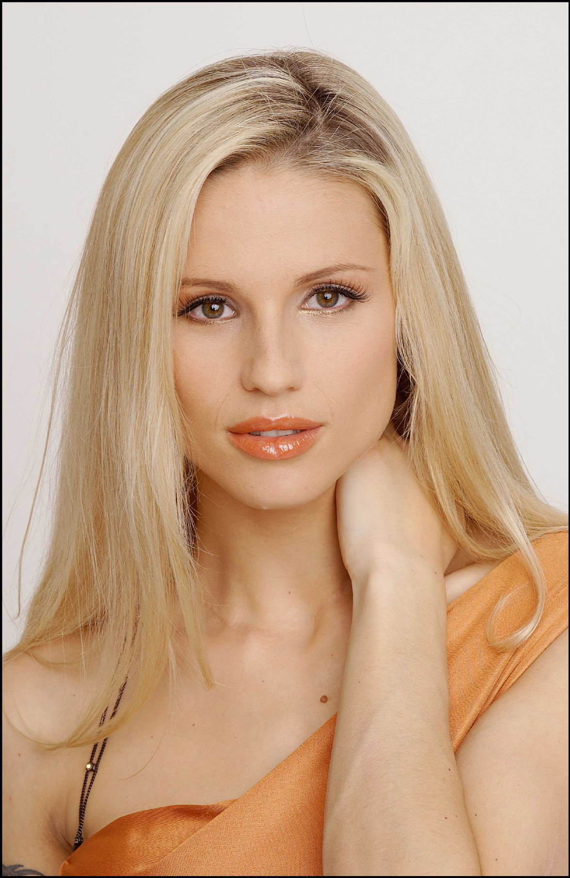 Michelle Hunziker photo gallery - 156 high quality pics of