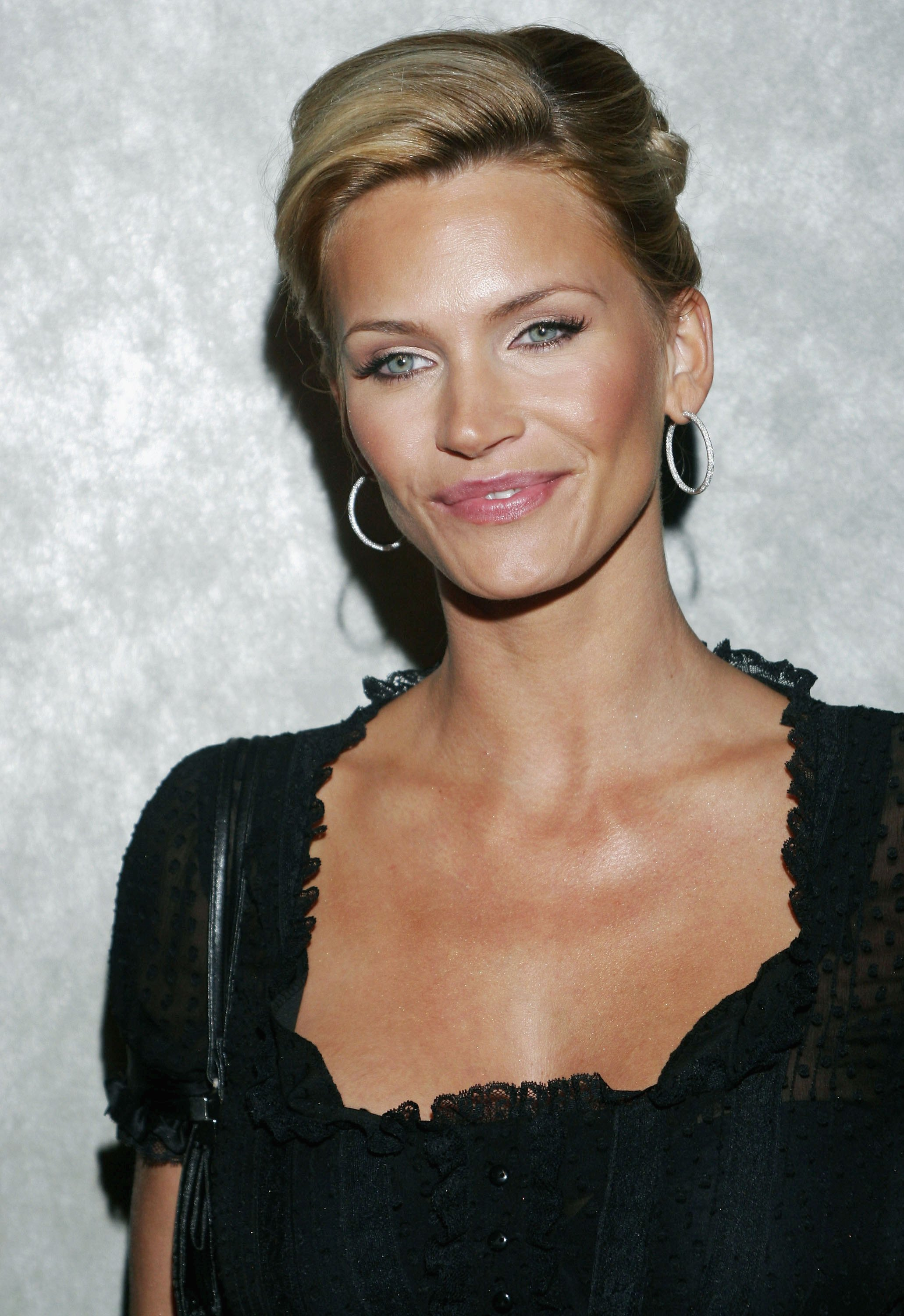 Natasha henstridge photo 22 of 90 pics wallpaper photo for Photos de photos
