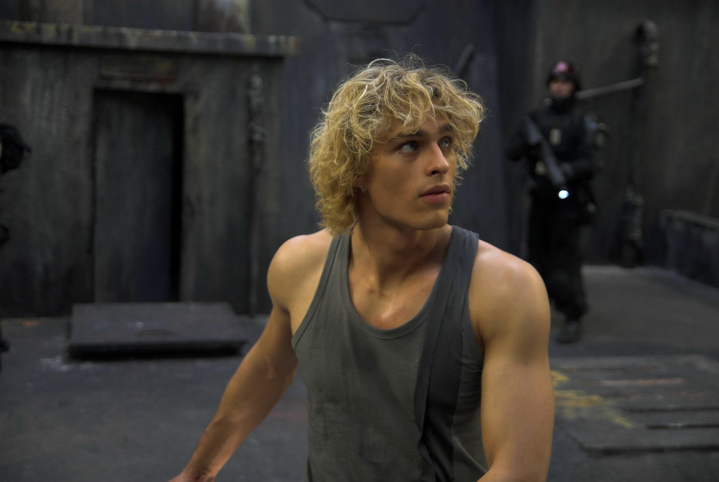 Актер брюнет кудрявый