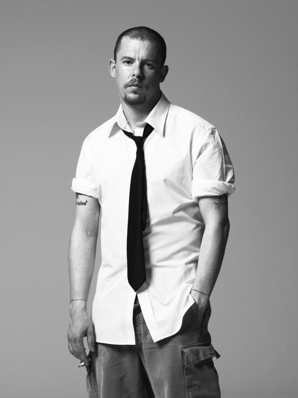 Смотреть Alexander McQueen видео