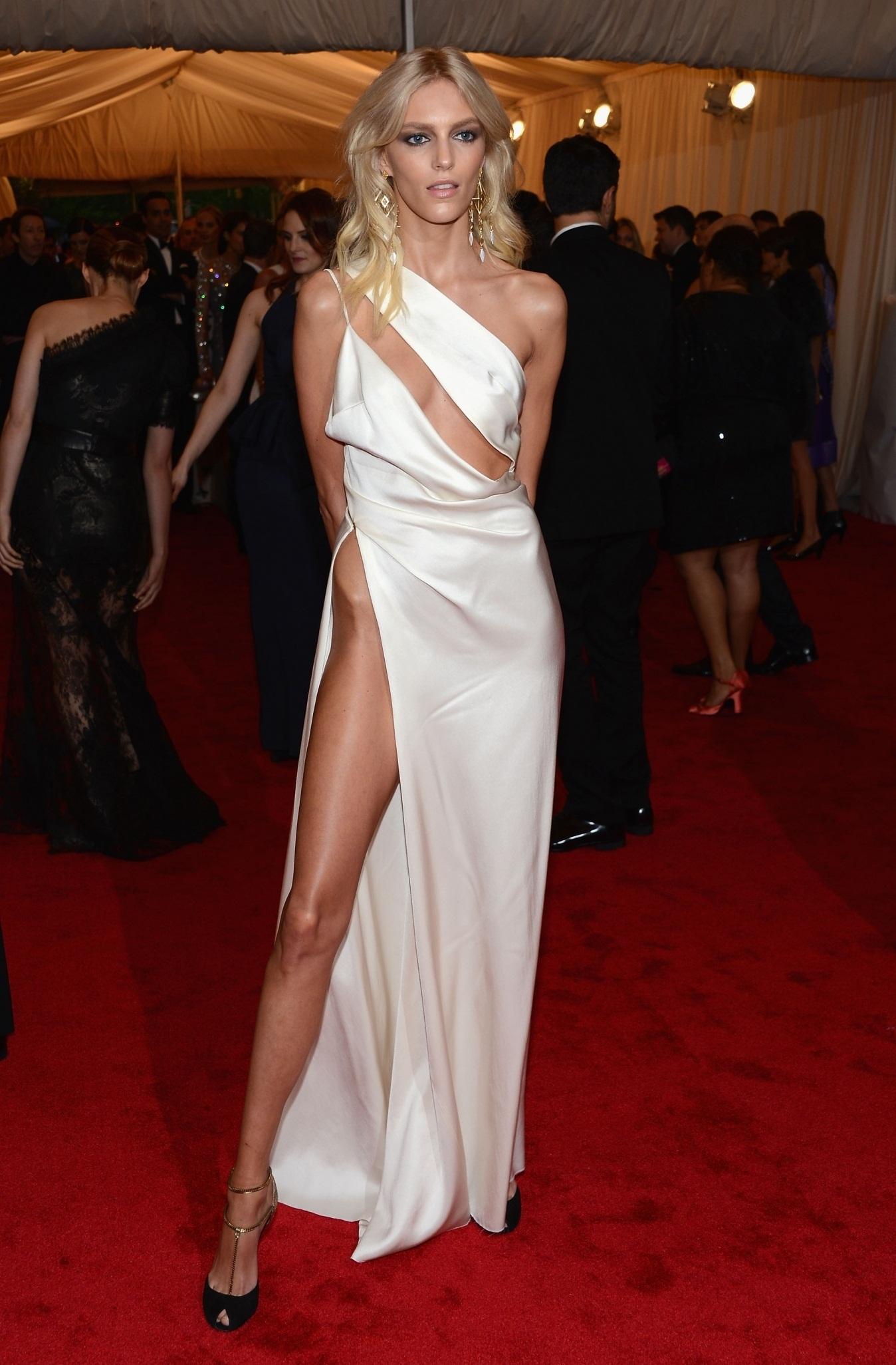 Вечернее платье миди до колена модели с рукавами пышной