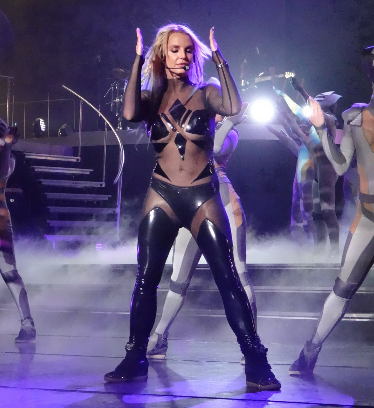 britney_spears_performing_at_planet_holl