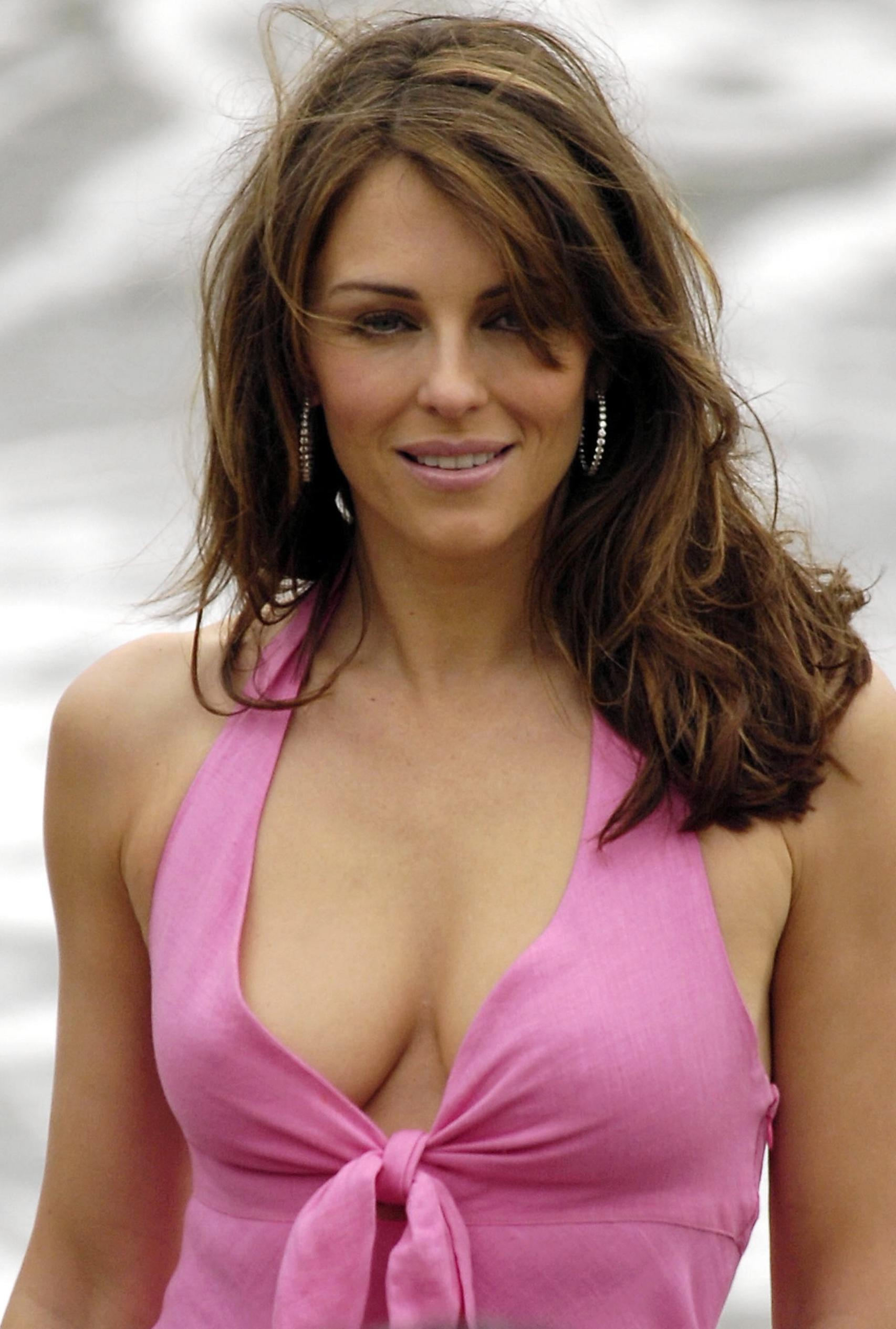 elizabeth hurley photo 245 of 735 pics wallpaper photo 209556 theplace2. Black Bedroom Furniture Sets. Home Design Ideas