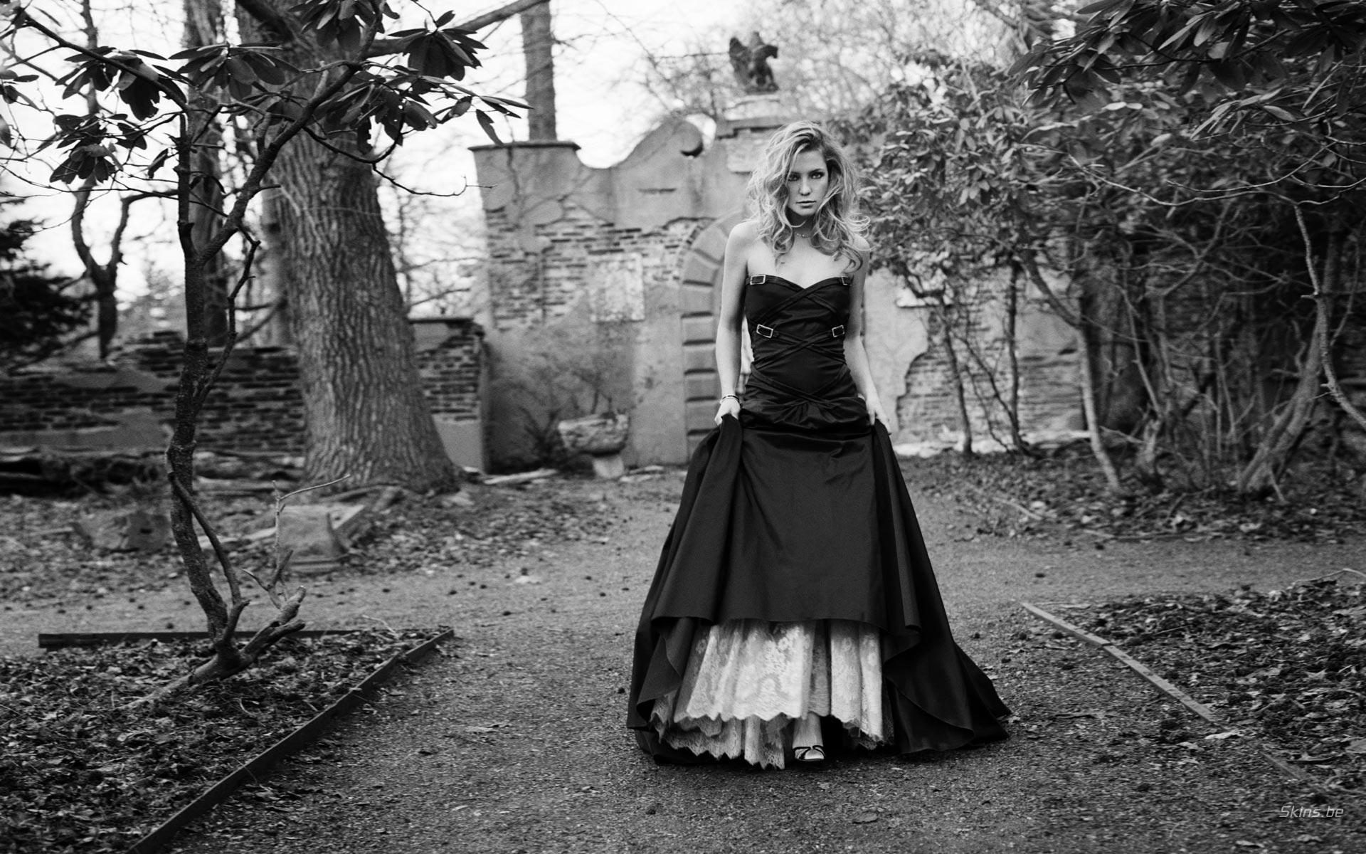 фото девушки в чёрно белом
