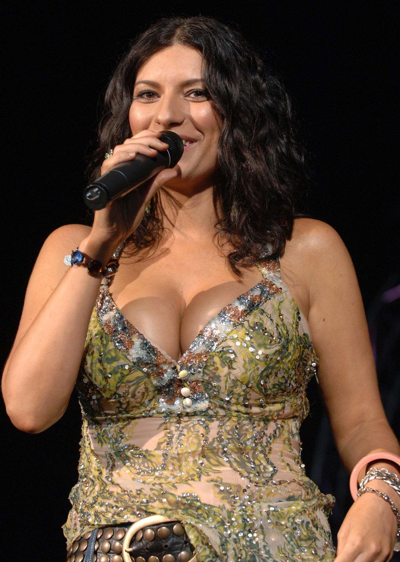 Laura pausini show pussy concert feria del hogar lima 2014 - 3 part 9