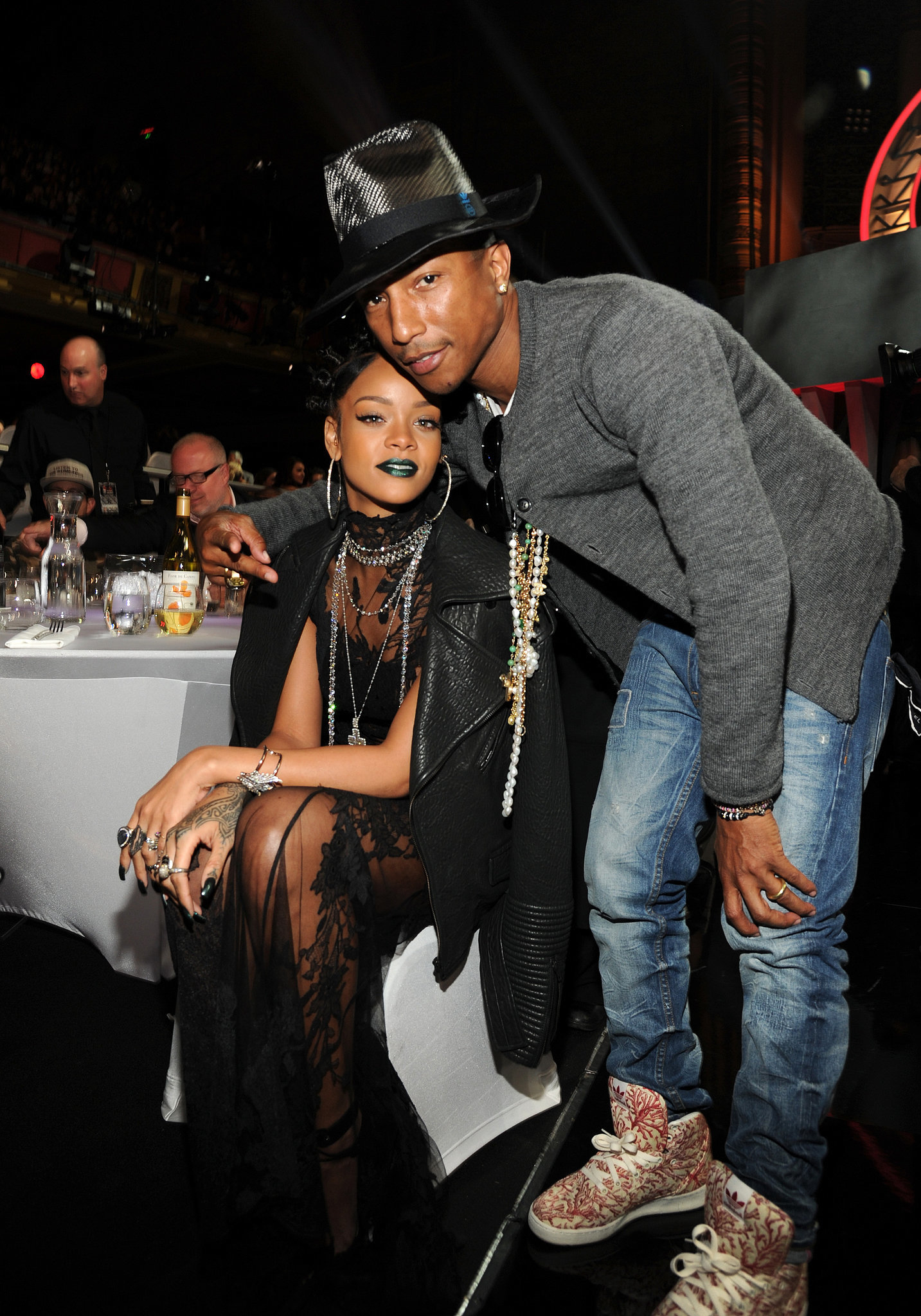 Pharrell Rihanna dating Hvordan starte dating på nytt på 60