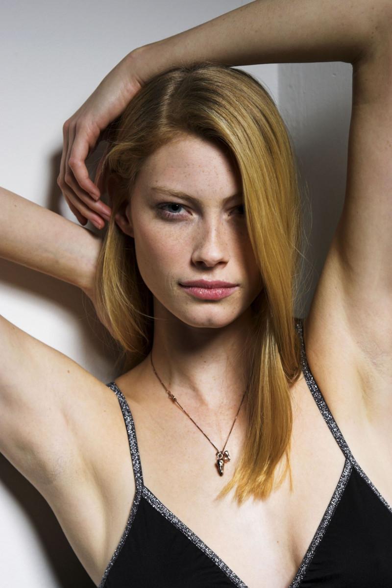 Alyssa Sutherland Nude Photos 7