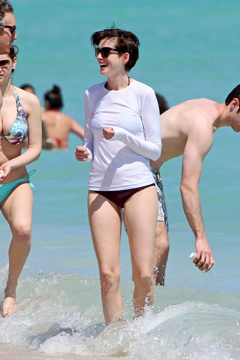Hathaway bikini anne Pregnant Stars