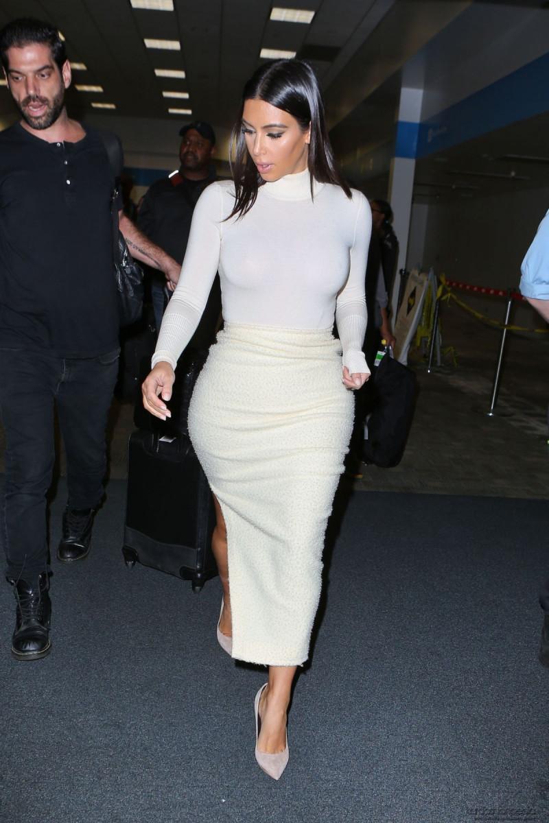 kim_kardashian_at_san_francisco_international_airport_2710_44-gthumb-gwdata1200-ghdata1200-gfitdatamax.jpg