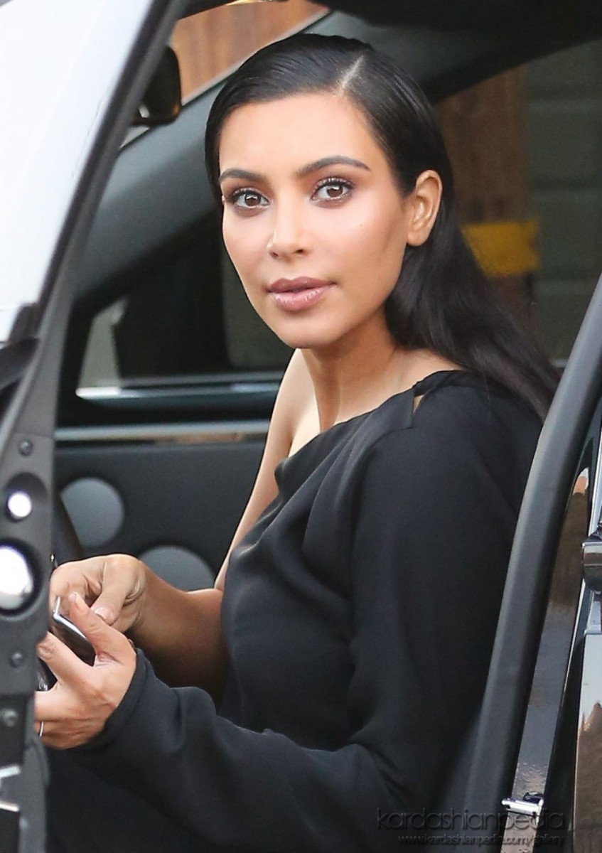 kim_kardashian_leaves_a_photoshoot_in_calabasas_11-gthumb-gwdata1200-ghdata1200-gfitdatamax.jpg