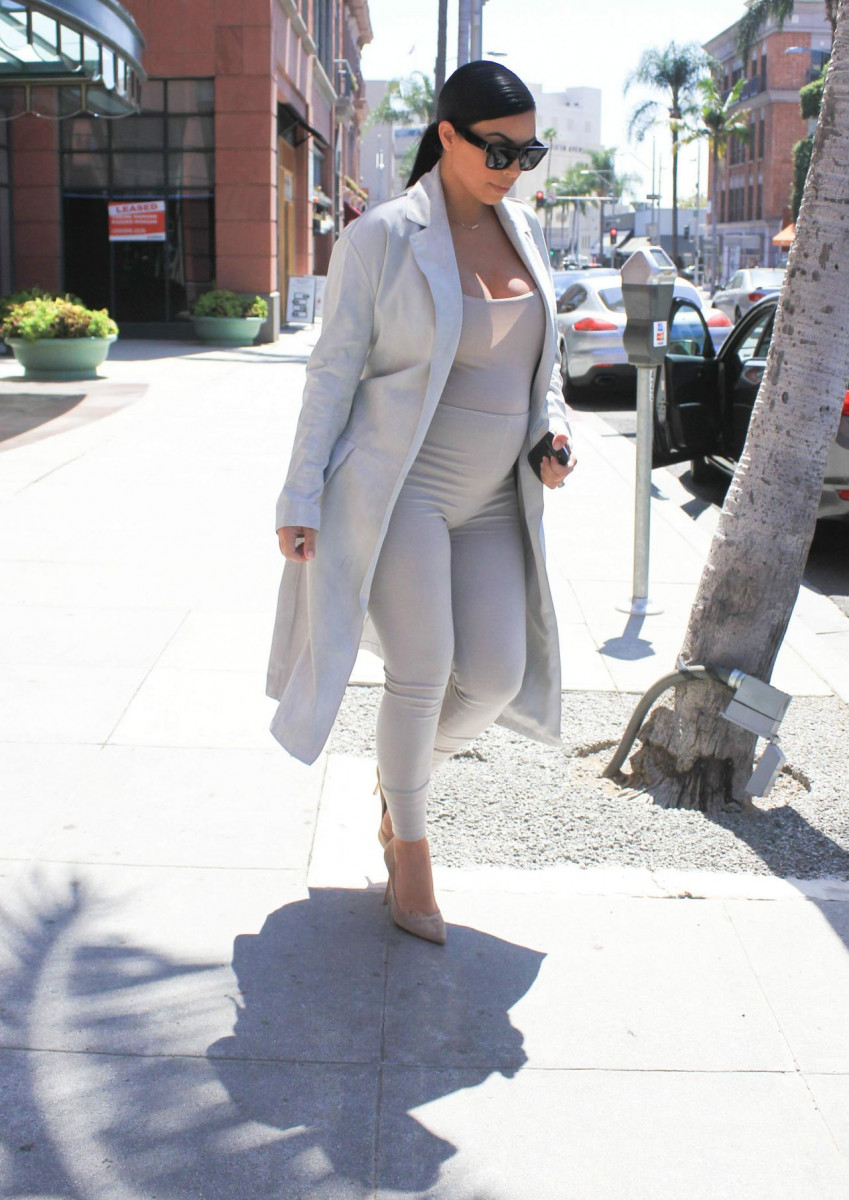 kim_kardashian_out_in_los_angeles_august_2015_1-gthumb-gwdata1200-ghdata1200-gfitdatamax.jpg
