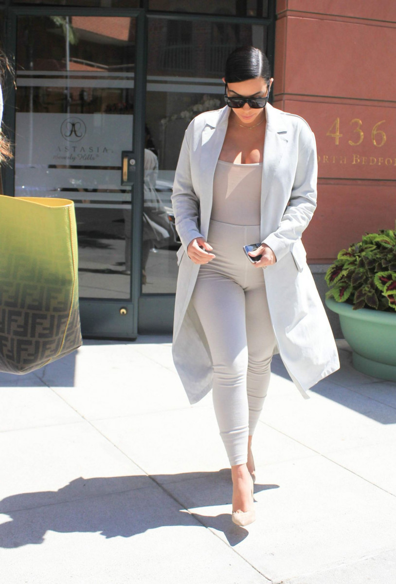 kim_kardashian_out_in_los_angeles_august_2015_3-gthumb-gwdata1200-ghdata1200-gfitdatamax.jpg
