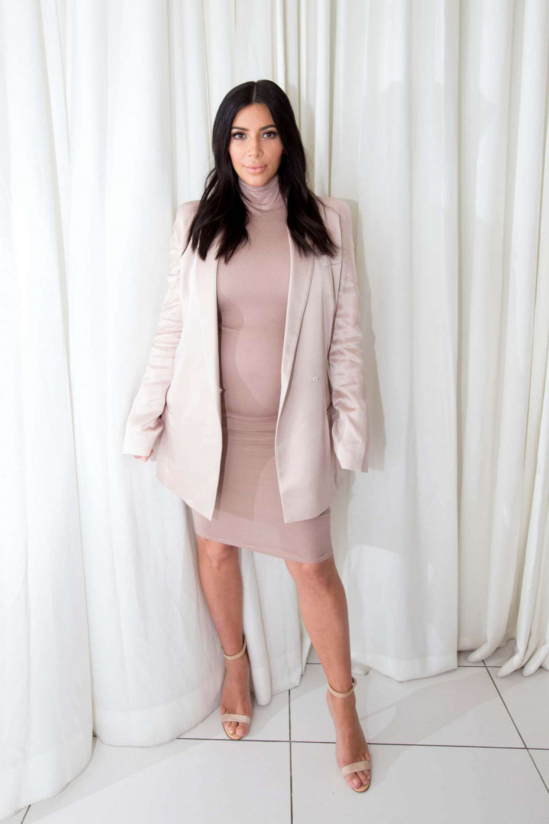 kim_kardashian_signs_selfish_book_03-gthumb-gwdata1200-ghdata1200-gfitdatamax.jpg