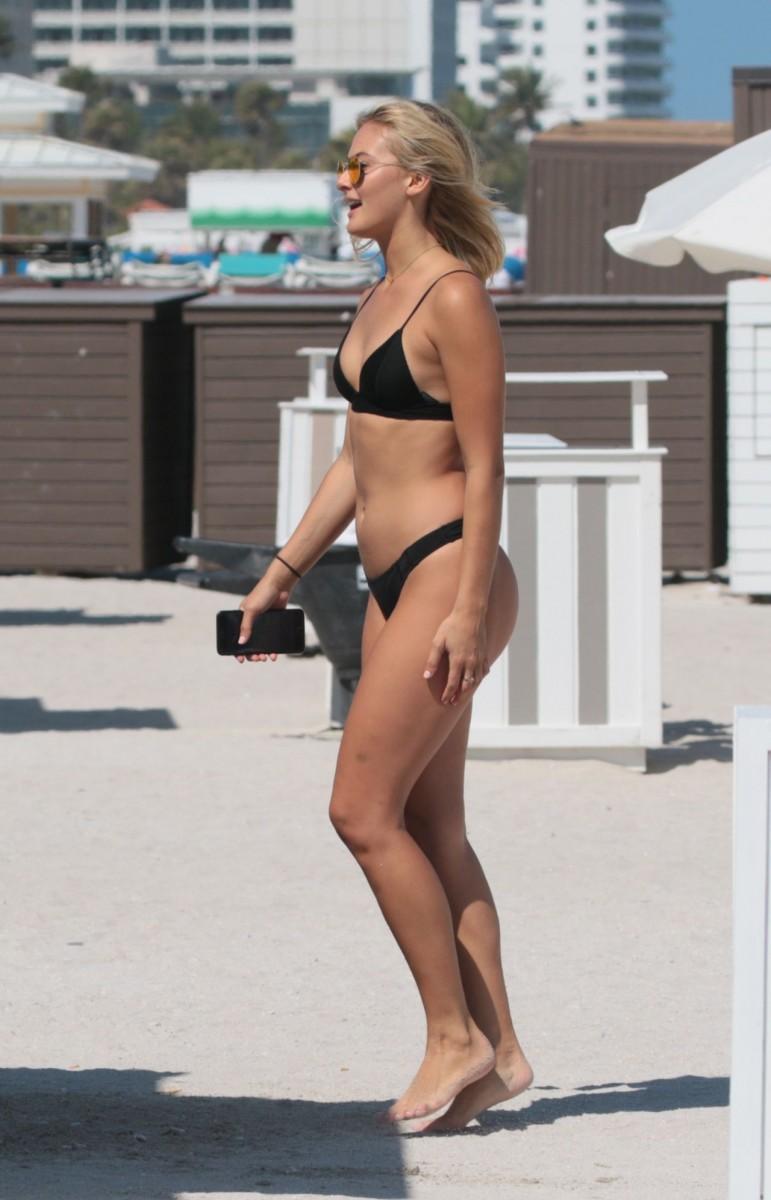 nude (46 photo), Cleavage Celebrity pics
