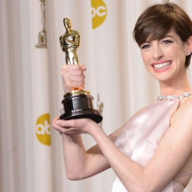 Anne Hathaway Tried To Show She Was Happy While Getting An Oscar, But She Was Not