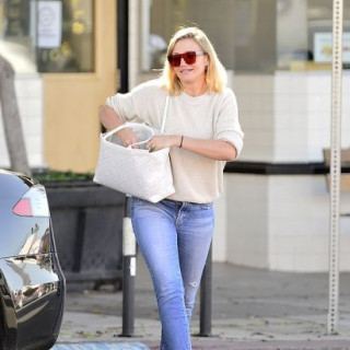 Cameron Diaz in comfortable clothes on a walk-in Los Angeles