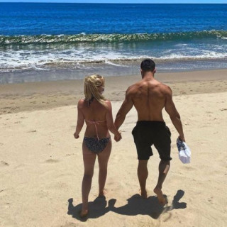 38-year-old Britney Spears showed how to relax with a young lover