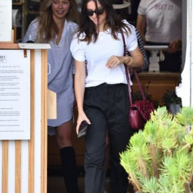 Ana de Armas ran out to lunch with a friend at a restaurant