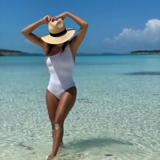 Eva Longoria put on a swimsuit and showed her body